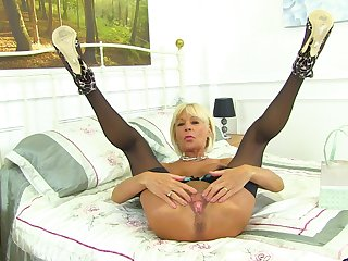 Blonde Brititsh mature second-rate MILF Elaine has fun with pussy insertion