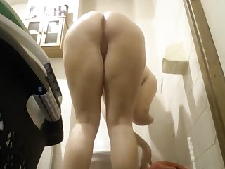 HC mature pissing down an anal plug