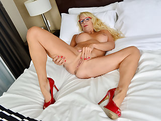 Canadian milf Bianca masturbates with curtains pending