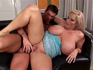 Mature mummy Laura Orsoia gives an amazing titjob forwards dealings